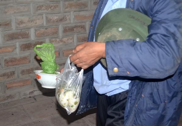 Đồ ăn thức uống được chuẩn bị sẵn để tiếp sức cho việc hành nghề. Sữa, táo, phở, bát, đũa được giấu trong góc khuất.