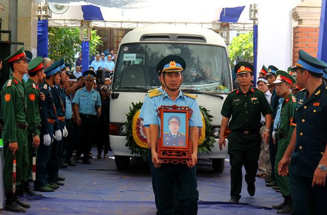 Đoàn xe chầm chậm lăn bánh, đưa Đại tá Trần Quang Khải về quê nhà