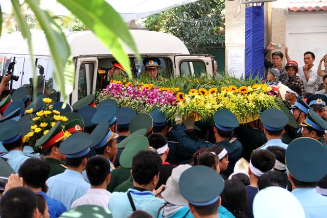 Buổi lễ vừa kết thúc, ban tổ chức nhanh chóng di quan đại tá Khải lên xe để tiếp tục hành trình