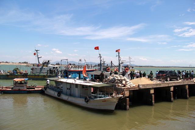 Đến 13h30, tàu chở phi công Cường đã cập cảng Hải đội 2