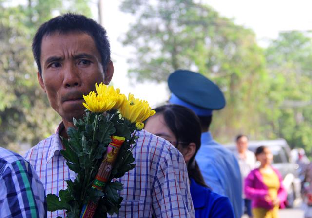 Những nhành hoa, bó hương được mua vôi đến viếng đại tá Khải
