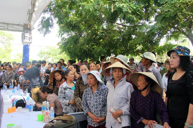 Thời tiết nắng nóng nhưng hàng trăm người dân vẫn đứng chờ, mong được vào viếng, tháng hương cho đại tá Khải