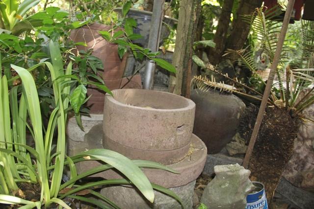 Các góc vườn nhà được ông trang trí đơn giản bằng các loại đồ gốm sứ thường được sử dụng ngày xưa. Ông Hoan nói, Đây cũng chính là nơi cả gia đình ông đoàn tụ sau mỗi giờ cơm tối để cùng lau dọn lại các món kỷ vật, và kể cho nhau nghe những câu chuyện bi tráng ngày xưa.