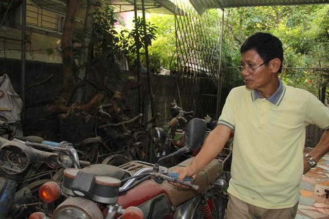 Một góc lưu giữ các loại xe máy, xe đạp cũ.