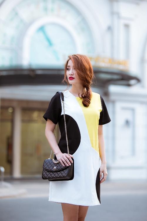 Chiếc đầm suông giúp người đẹp vận động thoải mái khi dạo phố.
