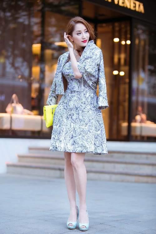 Váy cúp ngực được Khánh Thi kết hợp với áo khoác lửng đồng chất liệu. Cô tạo điểm nhấn phá cách ở phụ kiện màu nổi.