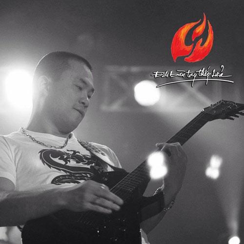 Live show Nhiệt - Đôi bàn tay thắp lửa vừa qua, anh cũng tích cực tham gia với tình yêu Rock cháy bỏng.