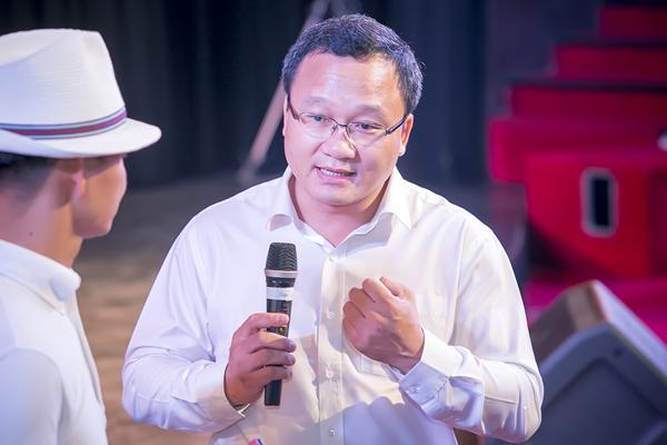Khoảnh khắc trò chuyện của nghệ sĩ Xuân Bắc với ông Khuất Việt Hùng - Phó chủ nhiệm chuyên trách Ủy ban an toàn giao thông quốc gia cũng mang lại những giây phút lắng đọng. Ông Việt Hùng cho biết, ngày mai là ngày ăn hỏi cháu ruột của ông và đáng ra gia đình ông sẽ phải có một cuộc họp quan trọng.