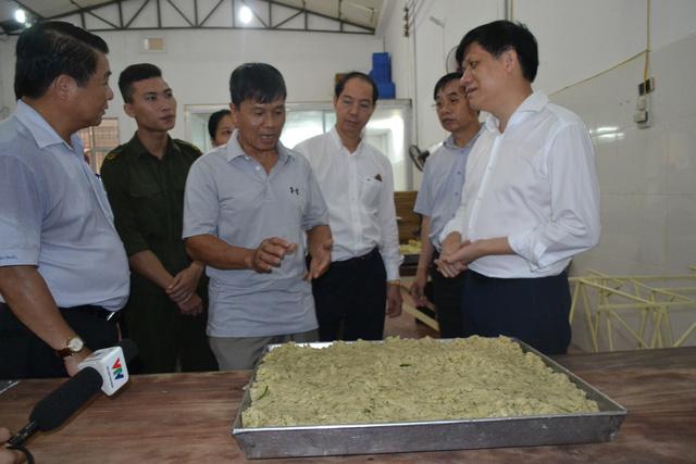 Đoàn công tác Bộ Y tế kiểm tra cơ sở sản xuất bánh kẹo tại xã La Phù, Hoài Đức. Ảnh: Quỳnh An