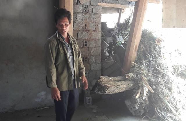 Anh Hồ Văn Quy (thôn Luổng Giang, xã Cốc San, huyện Bát Xát) bàng hoàng trước cảnh bão lũ cướp đi cả 3 người con. Ảnh: Cao Tuân