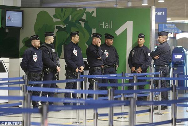 Cảnh sát vào vị trí tại sân bay Charles de Gaulle, Pháp sau khi chuyến bay MS804 của EgyptAir biến mất khỏi radar