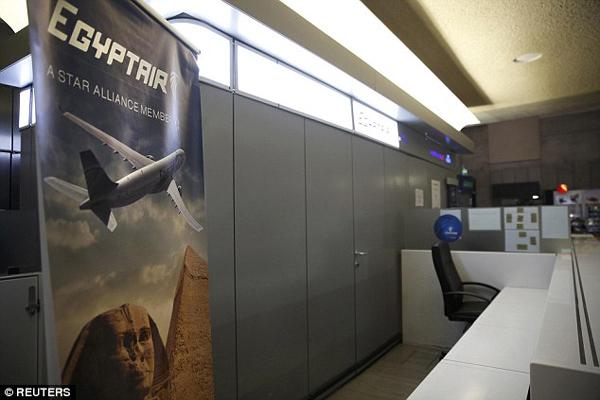 Phóng viên truy cập đưa tin từ EgyptAir tại sân bay Charles de Gaulle vào buổi sáng thứ Năm sau khi các báo cáo về sự biến mất của chiếc máy bay bắt đầu lộ diện.