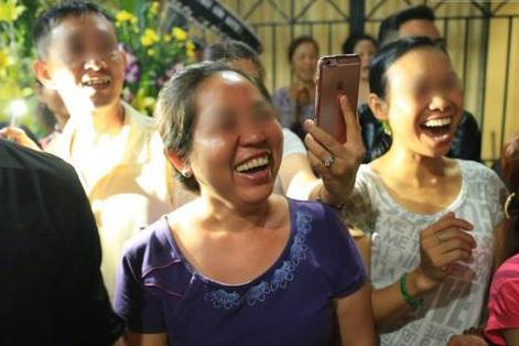 Một số người dân cười trong đám tang nghệ sĩ Minh Thuận