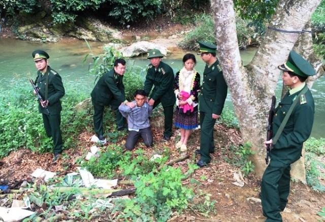 Lực lượng biên phòng bắt giữ Vàng A Tỉnh và giải cứu bé Vàng Thị Đ ngay tại biên giới. Ảnh BĐBP cung cấp.