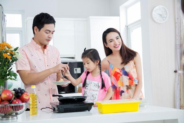 Phan Anh vô cùng thích thú khi được bé Chiko hướng dẫn nấu ăn.