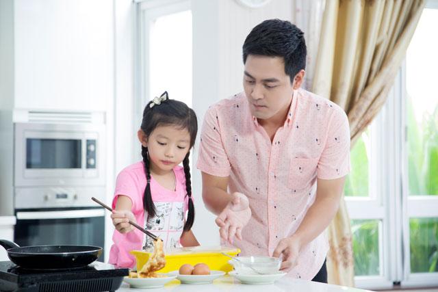 Chiko tỏ ra lanh lợi và khá chuyên nghiệp với việc bếp núc.