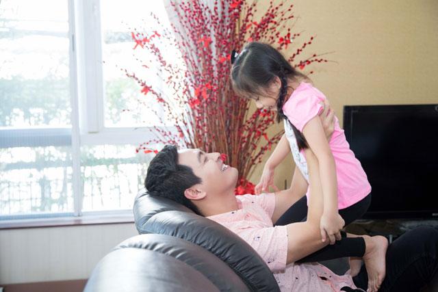 Phan Anh cũng tỏ ra rất chiều bé con của Ngọc Diễm.