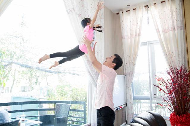 Con gái Ngọc Diễm rất thích thú khi được Phan Anh yêu chiều cưng nựng.
