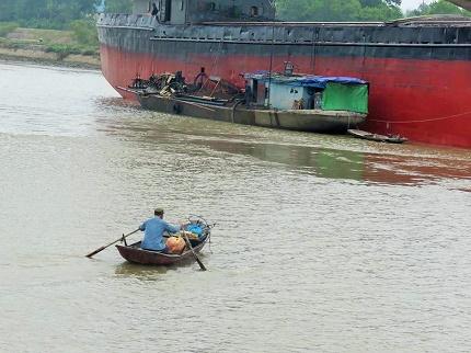 Nhiều đò, thuyền được người dân huy động làm phương tiện đi lại