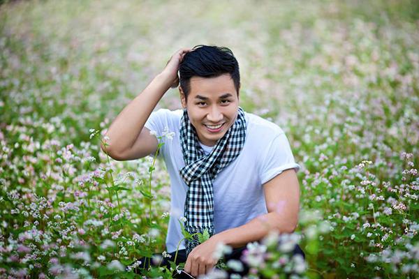 Đi lên từ khó khăn nên MC Nguyên Khang thấy trân quý những việc làm của cậu bé Hồ Văn Cường.