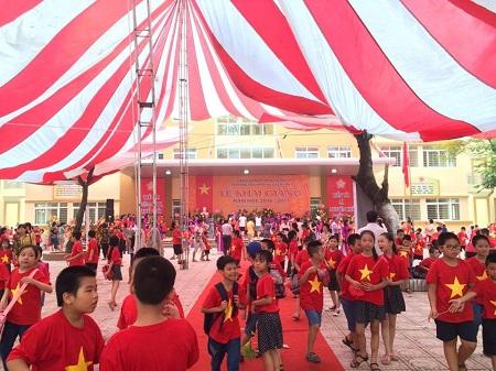Sân trường Tiểu học Nguyễn Trãi (Thanh Xuân) nhuộm màu cờ đỏ sao vàng.