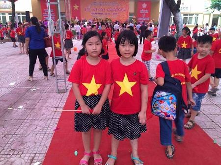 Học sinh trường Tiểu học Nguyễn Trãi (Thanh Xuân) trong sắc màu cờ đỏ sao vàng.