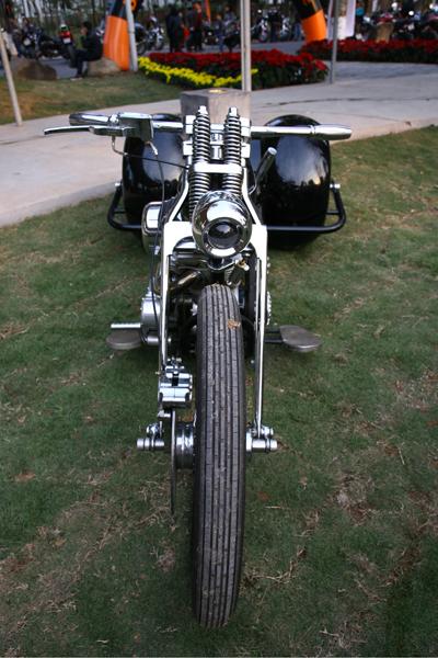 Một chiếc Harley Davidson được độ 2 bánh sau rất lạ mắt