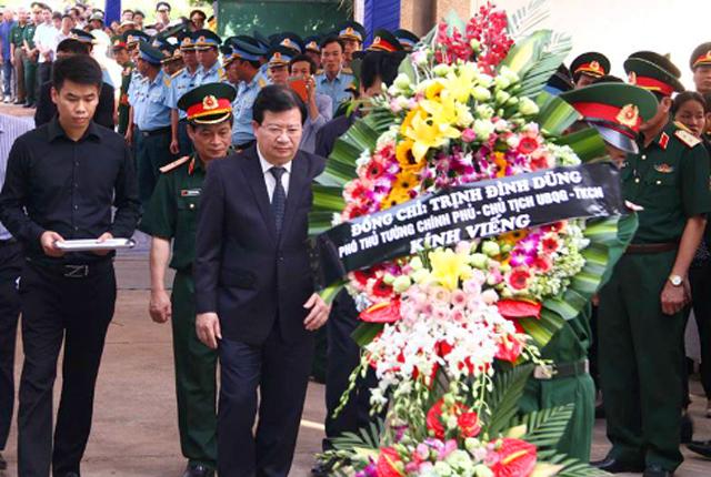 Phó Thủ tướng Trịnh Đình Dũng đến viếng và đặt vòng hoa