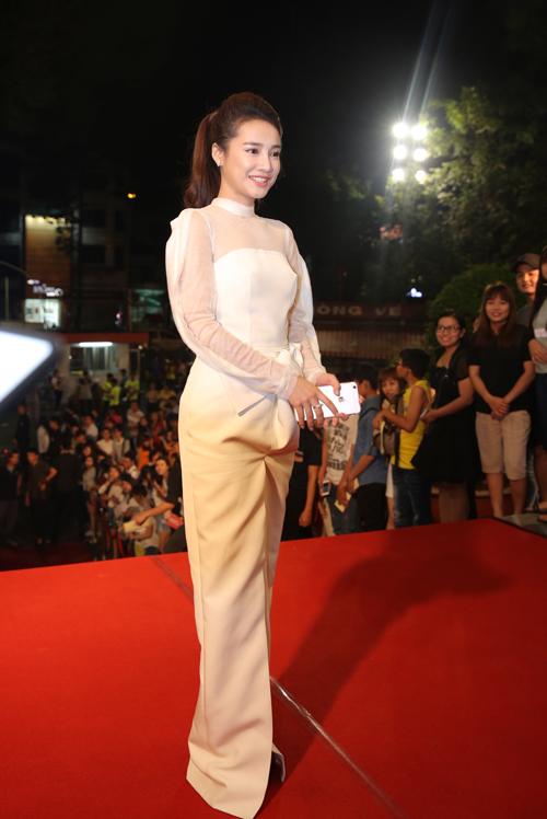 Tối 7/9, Nhã Phương diện váy trắng cầu kỳ khi xuất hiện trên thảm đỏ của VTV Awards 2016, diễn ra tại Nhà hát Hoà Bình, TP HCM. Cô đi một mình mà không có bạn trai Trường Giang tháp tùng.
