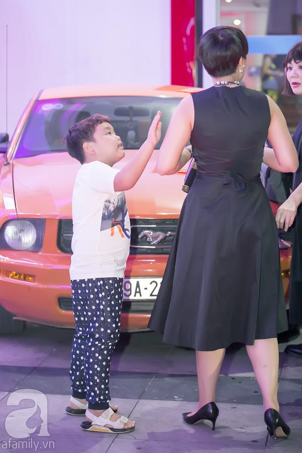 Tối qua, 7/9, bà xã Xuân Bắc đã đưa hai cậu con trai đến ủng hộ một chương trình từ thiện tổ chức tại Hà Nội.