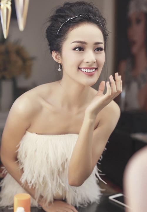 Hạ Vi trang điểm, làm tóc kỹ lưỡng trước khi dự sự kiện giới thiệu phim ngắn của đạo diễn Nguyễn Quang Dũng.