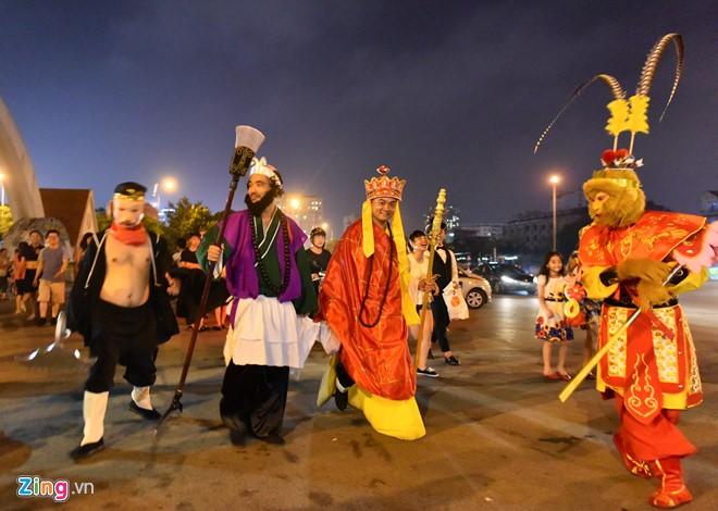 Tối 9/9, một nhóm từ thiện hoá thân thành những nhân vật chính trong phim Tây Du Ký có mặt ở các quận Cầu Giấy, Ba Đình, Hoàn Kiếm (Hà Nội), mang bánh trung thu tặng cho trẻ em và người lao động nghèo.