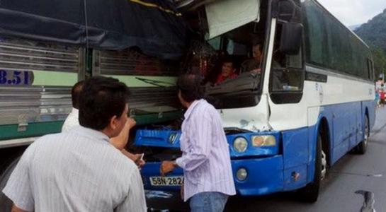 Anh Phong (áo đỏ) bị kẹt trong xe cùng tài xế Toàn khá lâu mới được tài xế Bắc điều khiển xe tải tech rời 2 xe ra. (ảnh Trí thức trẻ)