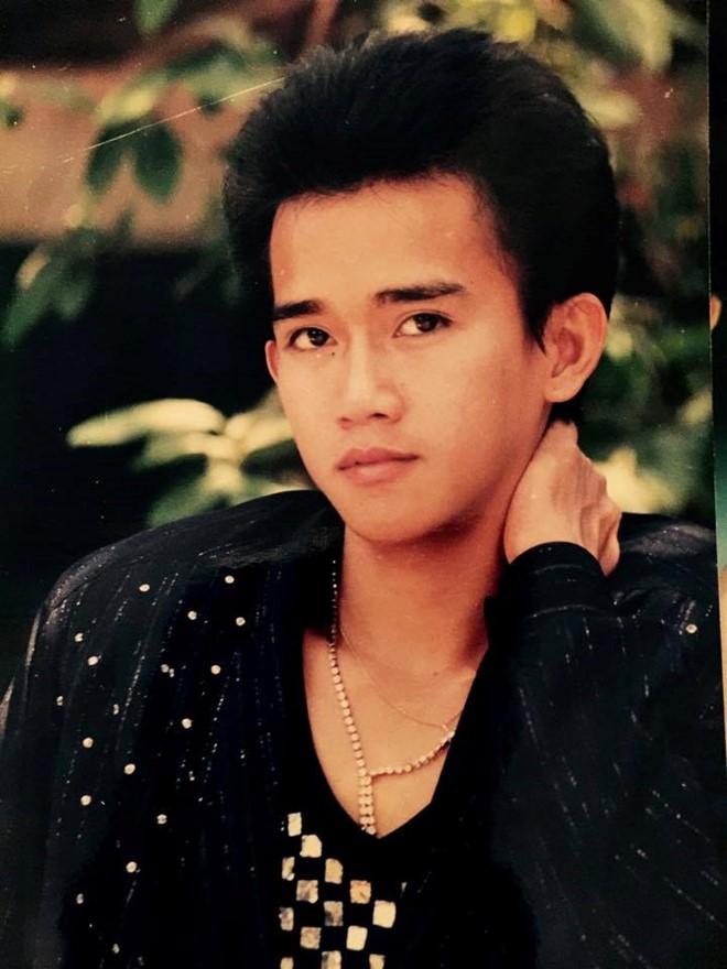 Minh Thuận sinh ra và lớn lên ở TP.HCM . Đa số người thân của Minh Thuận đều sang Mỹ định cư nhưng anh chọn cuộc sống ở lại quê hương. Khởi nghiệp từ năm 1984, chàng thanh niên 15, 16 tuổi ngày ấy có gương mặt thư sinh, vóc dáng nhỏ nhắn.