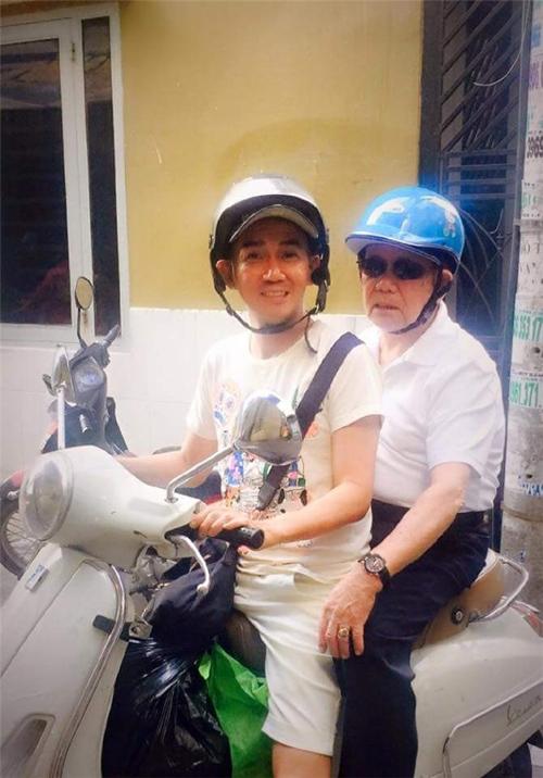 Minh Thuận chở bố bằng xe máy trong một lần ông về Việt Nam.
