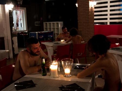 Khu ăn được trang trí bằng ghế ngồi màu đỏ, bàn trắng. Ảnh: News