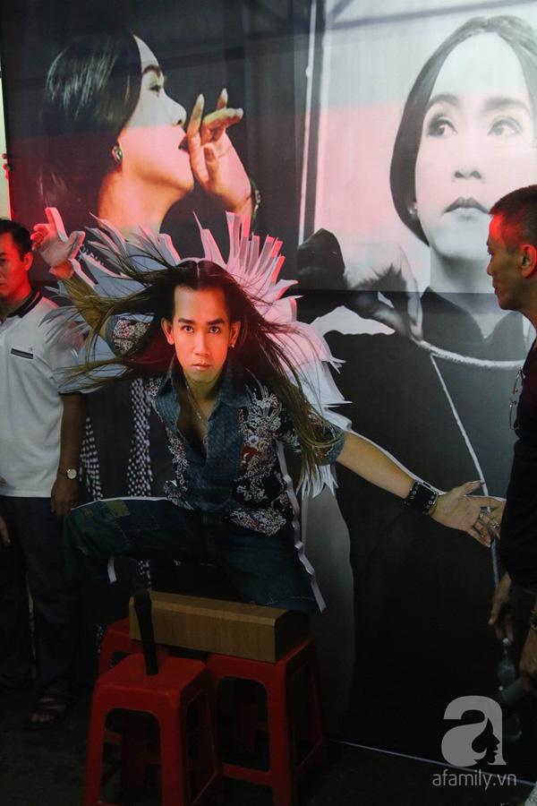 Người thân của Minh Thuận tái hiện lại hình ảnh của nam ca sĩ trên sân khấu bằng cách đặt một chiếc micro trước những bức hình biểu diễn của anh lúc sinh thời. Bên cạnh đó, các ca khúc hit, các tiết mục trong chương trình Gương mặt thân quen, trích đoạn trong vở cải lương Lan và Điệp của anh đều được phát lại.