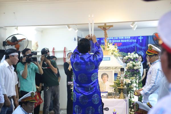7h30 sáng nay, lễ động quan diễn ra tại nhà của ca sĩ Minh Thuận ở quận Tân Bình, TP HCM. Đêm qua, các bạn bè đồng nghiệp đã đến hát tiễn biệt anh đến tận 0h.
