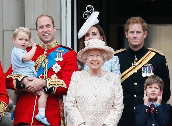 Hoàng tử bé George xếp thứ 3 trong danh sách thừa kế ngai vị Hoàng gia Anh.