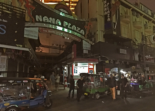 Quang cảnh ở Nana Plaza, khu đèn đỏ ở Bangkok được đồn đại là tổ hợp hoạt động tình dục lớn nhất thế giới, tạm đóng cửa sau khi nhà vua qua đời. Ảnh: AP