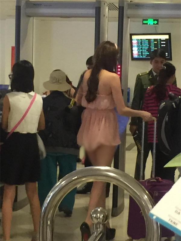 Chiếc váy không thể nào ngắn hơn của cô gái tại chốn đông người.
