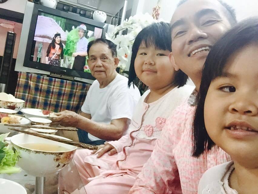 Minh Thuận chia sẻ mặc dù sống một mình, không lập gia đình nhưng anh không cảm thấy cô đơn vì luôn nhận được sự quan tâm của cha và người thân. Với anh, như vậy đã quá đủ đầy và hạnh phúc
