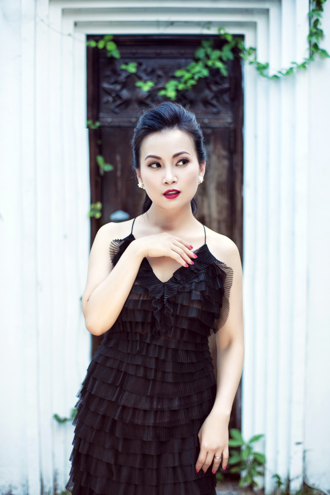 Cô chia sẻ: Phương không cầm lòng được trước những chiếc váy, đầm tinh xảo được đính kết thủ công từ NTK Việt. Tôi khá bất ngờ với sự sáng tạo và đầu tư chỉnh chu ở họ, dù đó chỉ là chi tiết nhỏ nhất.