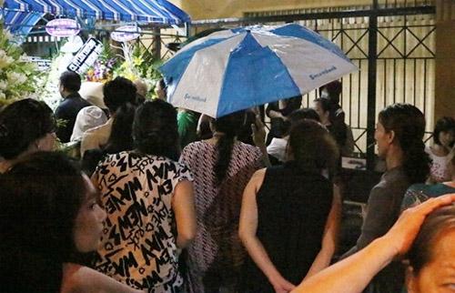 Nhiều người mang dù, đội mưa xem tang lễ ca sĩ Minh Thuận.