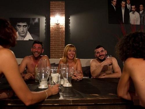 Nhà hàng khuyến khích khách đi theo cặp hoặc theo nhóm. Ảnh: News