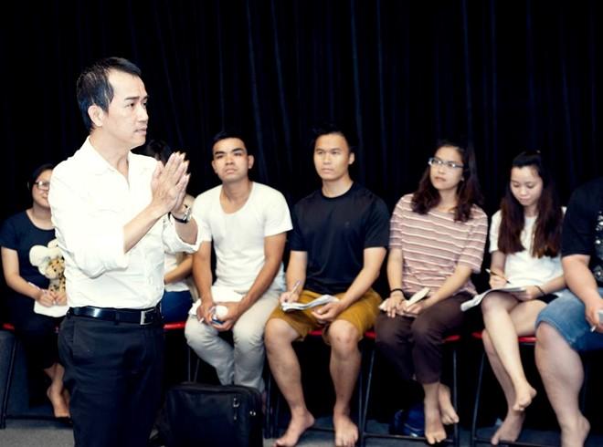 Minh Thuận trong một lần hướng dẫn diễn viên kinh nghiệm đi casting phim.