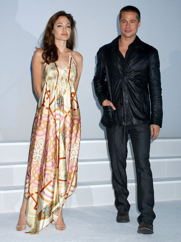 Tháng 3/2005, Brad và Angelina giữ khoảng cách khi xuất hiện tại sự kiện quảng bá phim Mr. & Mrs. Smith. Một tuần sau đó, Jennifer Aniston đã đệ đơn ly hôn Brad sau tuyên bố ly thân vào tháng 1 cùng năm.