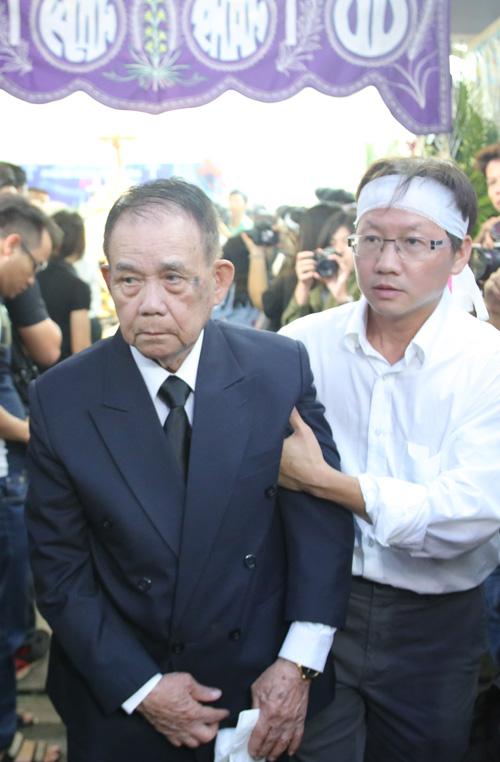 Bố đẻ của Minh Thuận đã thấm mệt sau hai ngày lo tang sự cho con trai.