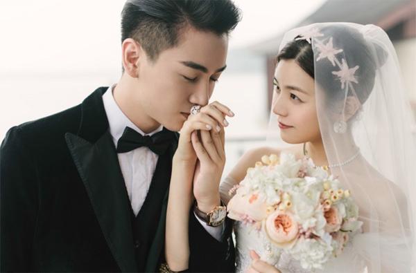 Trần Nghiên Hy và hôn phu Trần Hiểu làm đám cưới hôm 19/7 tại Bắc Kinh. Thời điểm lên xe hoa, Tiểu Long Nữ đã mang thai hơn 3 tháng. Không giống như nhiều sao khác kín như bưng chuyện ăn cơm trước kẻng, Trần Hiểu rất vui vẻ và hạnh phúc khi chia sẻ tin sắp có con.