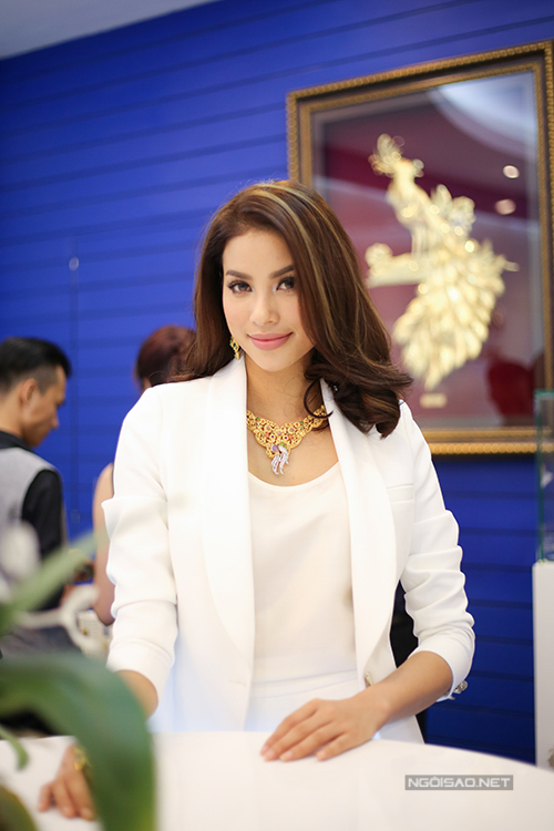 Người đẹp Hải Phòng đeo bộ trang sức bằng vàng tinh xảo, gồm dây chuyền, hoa tai và nhẫn để giúp mình thêm nổi bật. Bộ trang sức có giá trị khoảng 1 tỷ đồng.